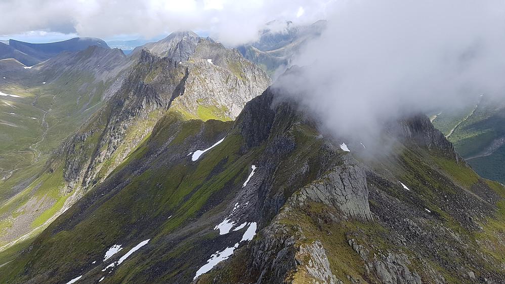Utsikt mot Søre Raudfonntind 1049 (innhylla i skyer og resten av traversen som gjenstod bak