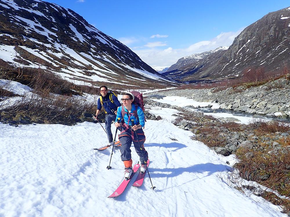 Det var lite snø innover dalen, men fint å bære ski langs veien de første kilometerne.