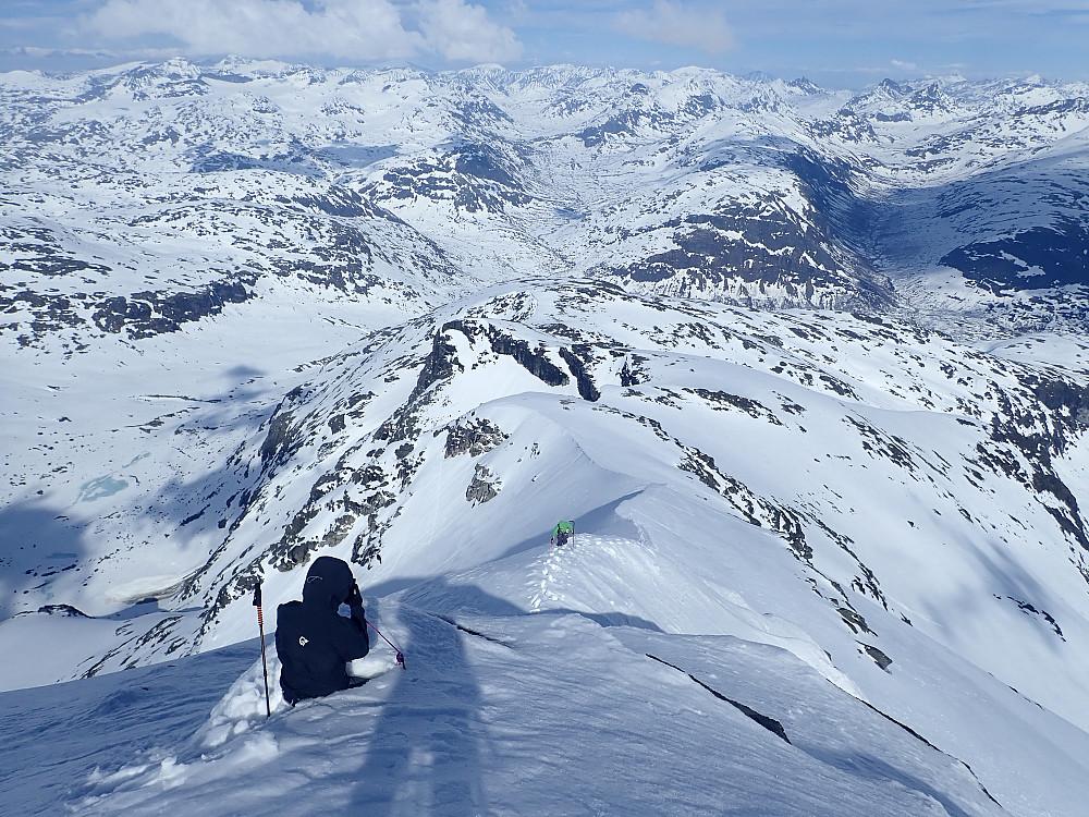 Ole fotograferer, mens Anje legger ned den siste kraftanstrengelsen til fots oppetter snøeggen.