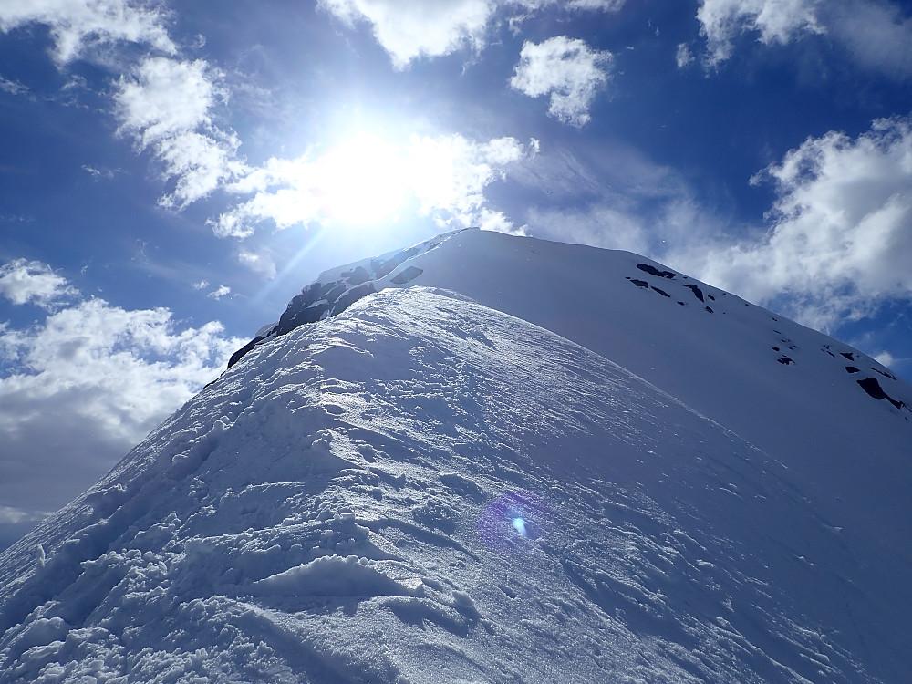 Ole og Anja gikk på beina ned den øverste delen av ryggen. Skiføret var litt så som så i toppen, men det gikk greit å hoppsvinge seg nedover.
