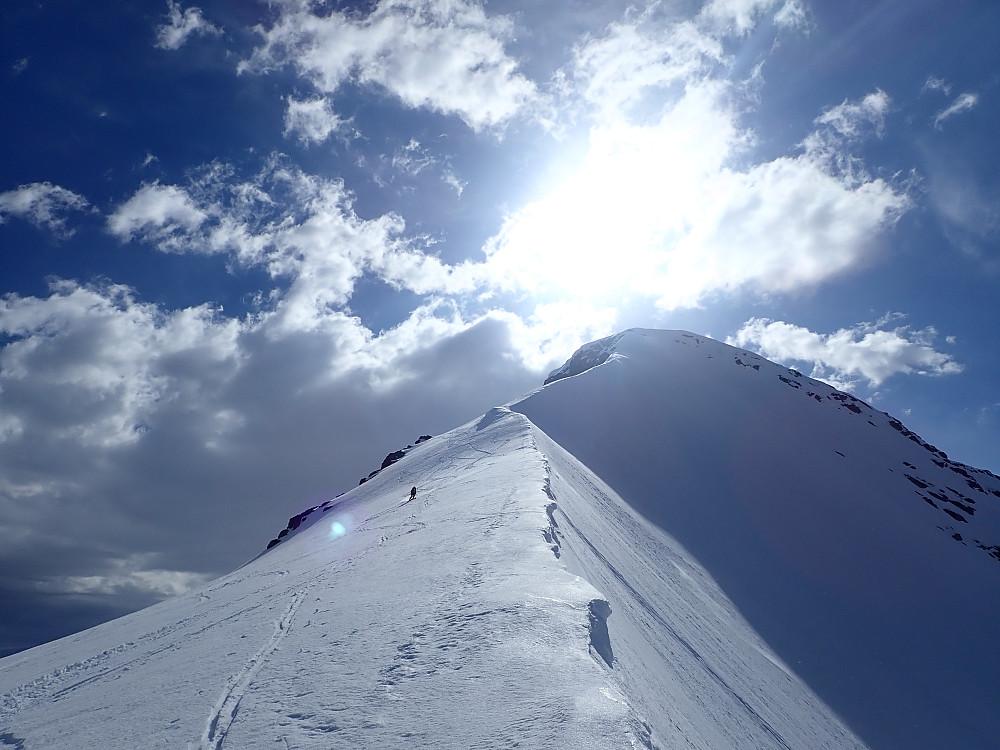 Alle har fått på skia, og jeg har funnet igjen pila i snøen der vi hadde bestemt oss for å kjøre utfor kanten.