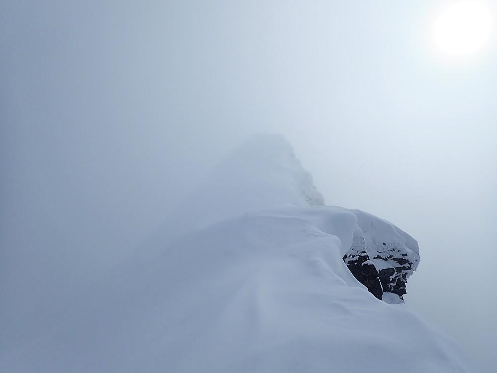 Toppryggen på Hornindalsrokken innhyllet i skydekket