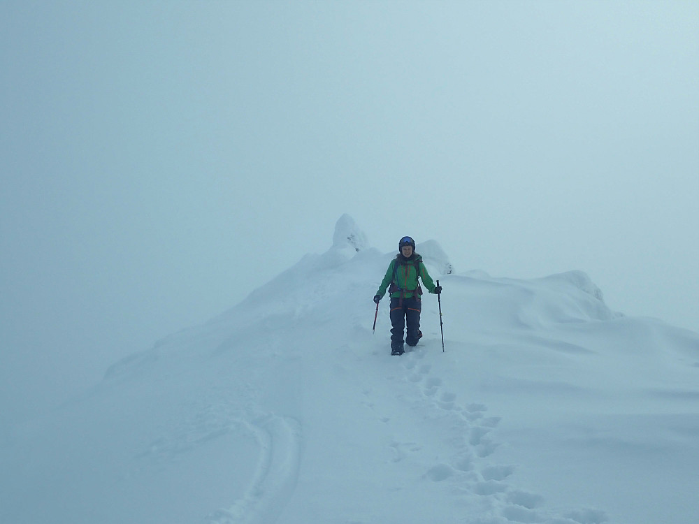 Det var fint skiføre fra varden i dag. Anja hadde satt igjen skia litt lengre ned på ryggen, og tok beina fatt.