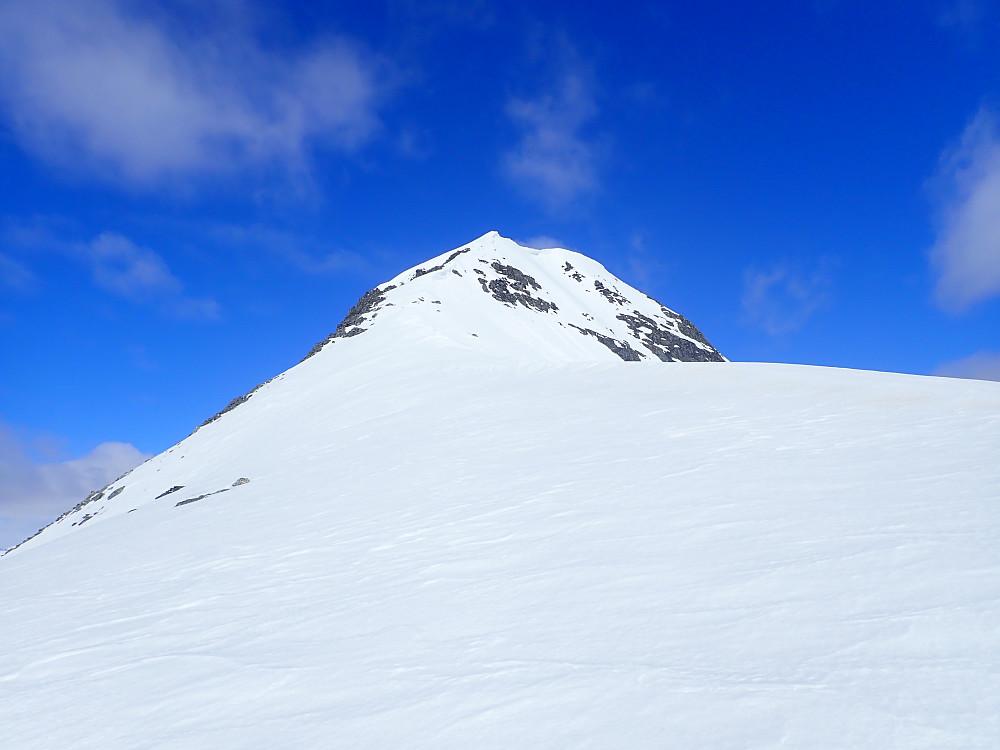 Etter Fossenibba ble det en rask tur oppom Ørnefjellet, før vi kjørte ned til skaret mot topp 1362. Ryggen opp til topp 1362 var nokså bratt og smalnet inn i toppen. Også her ble det derfor stegjern på for sikkerhets skyld. Sola hadde imidlertid tatt såpass godt her at det nok ikke var nødvendig.