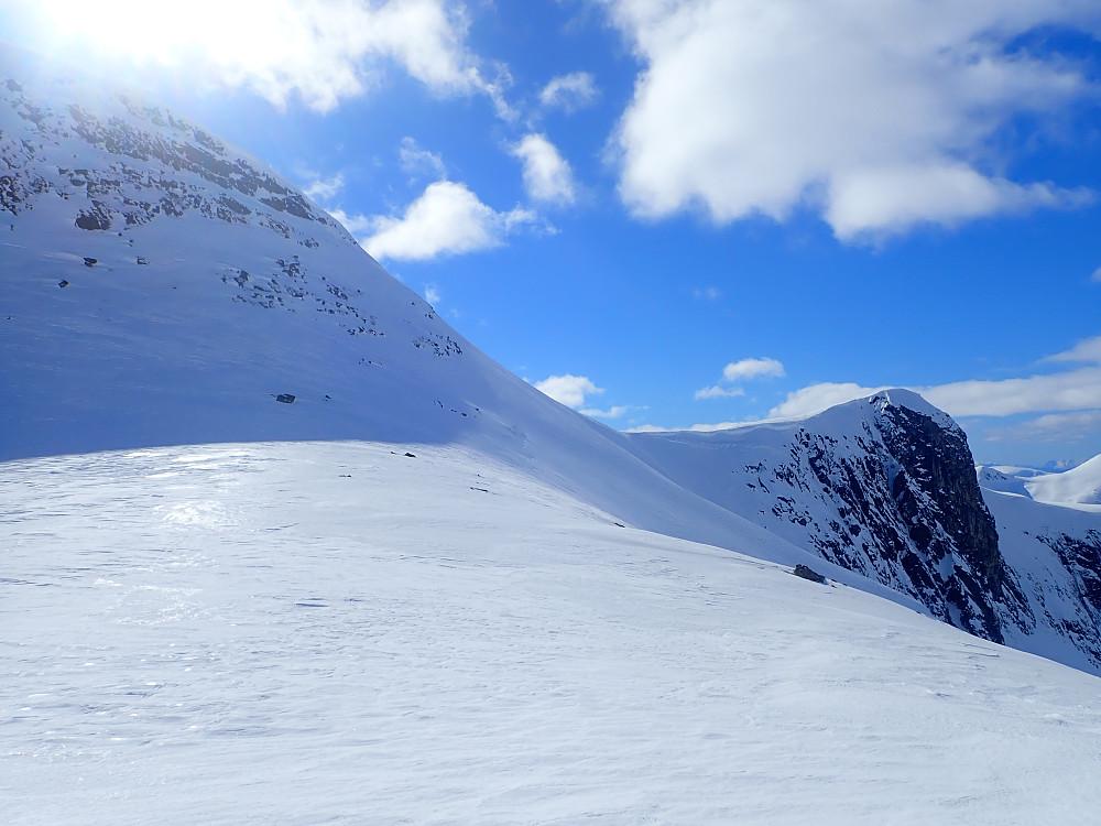 Skråtraversen i nordsida av Ørnefjellet. Tørrsnø på første halvdel, før jeg ble overrasket av klink is på siste delen.