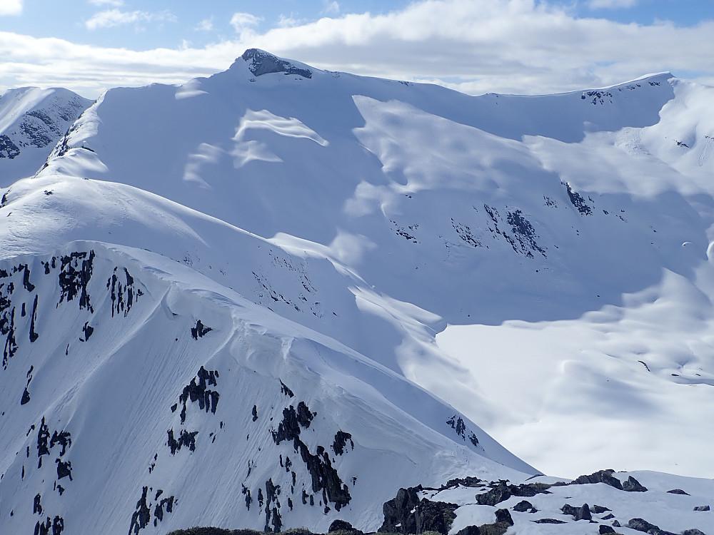 Lianibba og Kalvedalsegga. Mye fint skiterreng her også ned mot Haugedalsvatnet.