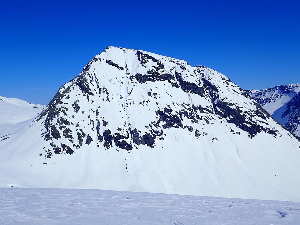 Mitt nye favorittfjell i området, Tverrfjellet. Det ble kastet mange lange blikk mot rennene i sørsida i løpet av dagen.