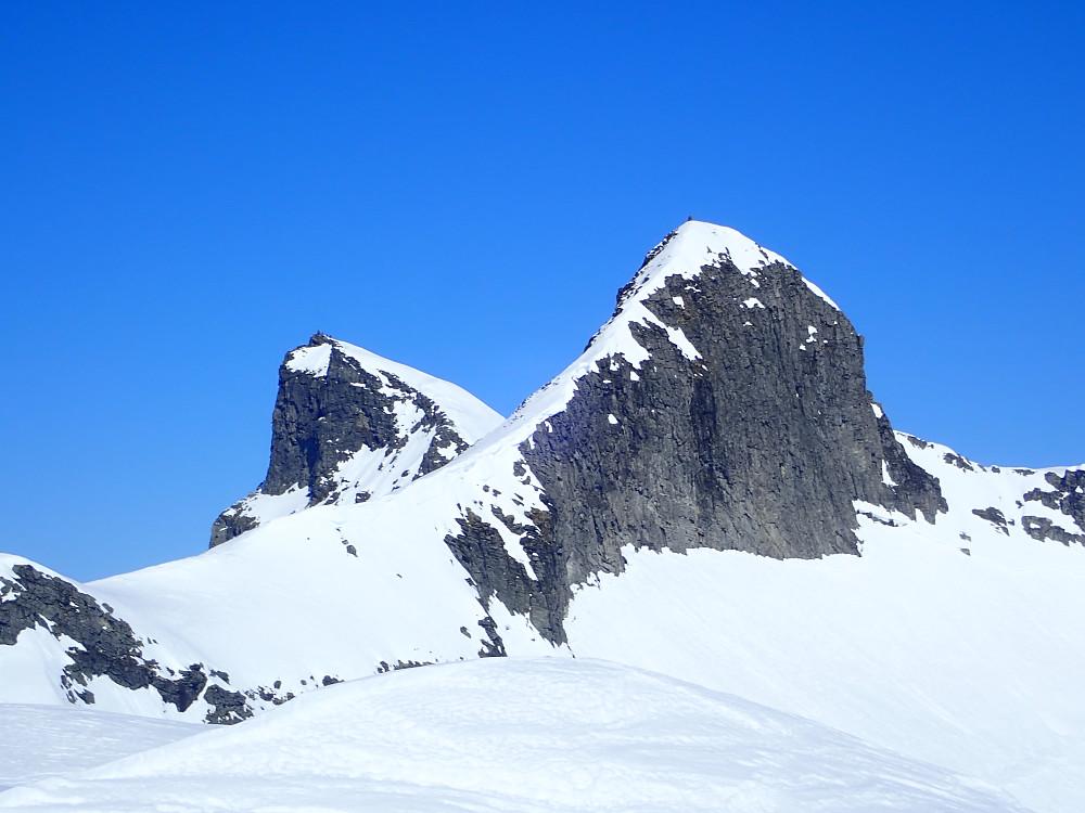 Mens jeg gikk opp mot topp 1411 traverserte Anja på nedsida fra punkt 1242 og bort mot østryggen på Litleskruven. Litleskruven og Skruven tok seg meget godt ut fra punkt 1411.