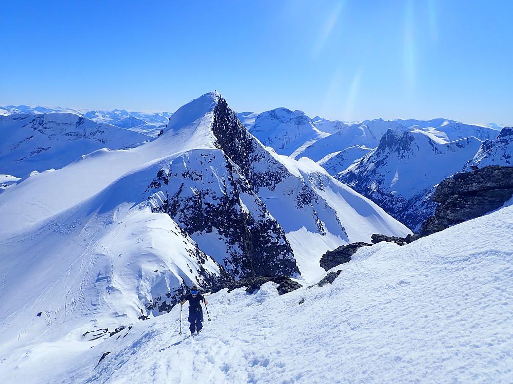 Opp til Skruven var det også greit å gå på ski. Anja angrer her godt på at hun satte igjen skia i skaret.