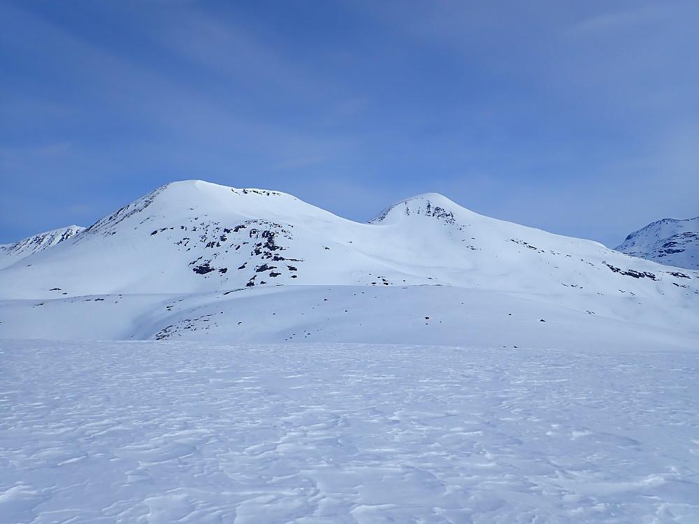 Fra Skjervløypfjellet ble det en kort transportetappe ned noen høydemeter, før vi labbet over de to Meleggatoppene. Begge disse er velegnede dagsturmål og gir bra skikjøring