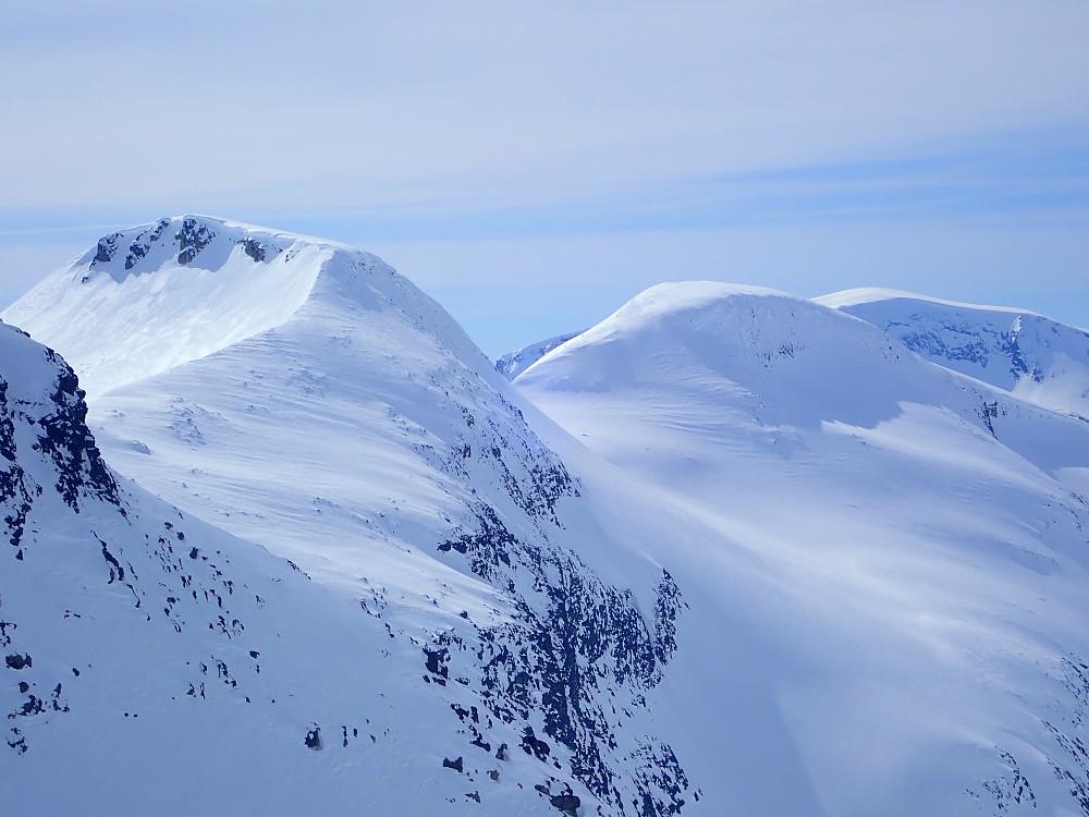 Da vi kom hit hadde Kjersti, Jon og Solveig også kommet seg på Melegga (Robert hadde snudd på Skjervløypfjellet og prioriterte avslapning i solveggen på Reindalseter). De fikk ei fin nedkjøring derfra i sørsida.