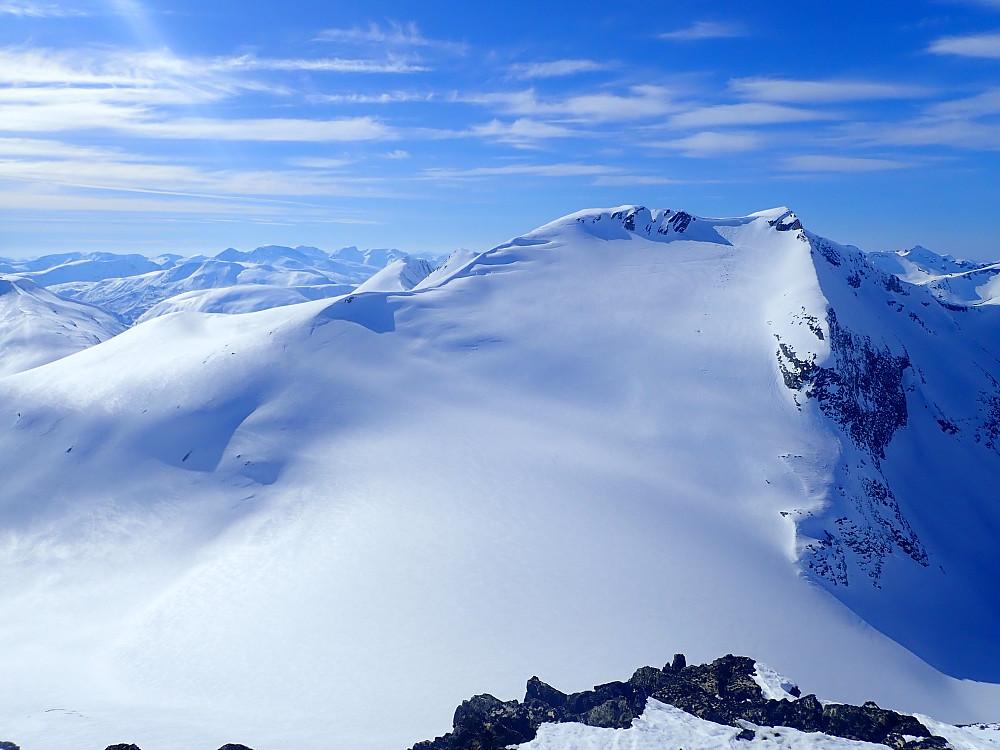 Illstigfjellet sett fra Smokoppegga Nord. Nedkjøringa gikk midt i sida ned breen.