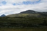 Er på veg opp mot Storelgvasshøe. Ser i retning toppen. Høgronden lurer i bakgrunnen.