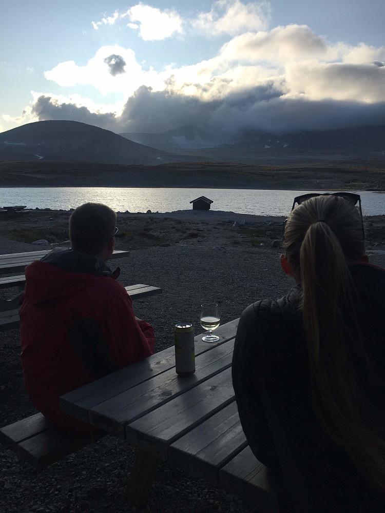 Nina og jeg ser mot Snøhettamassivet innhyllet i skyer