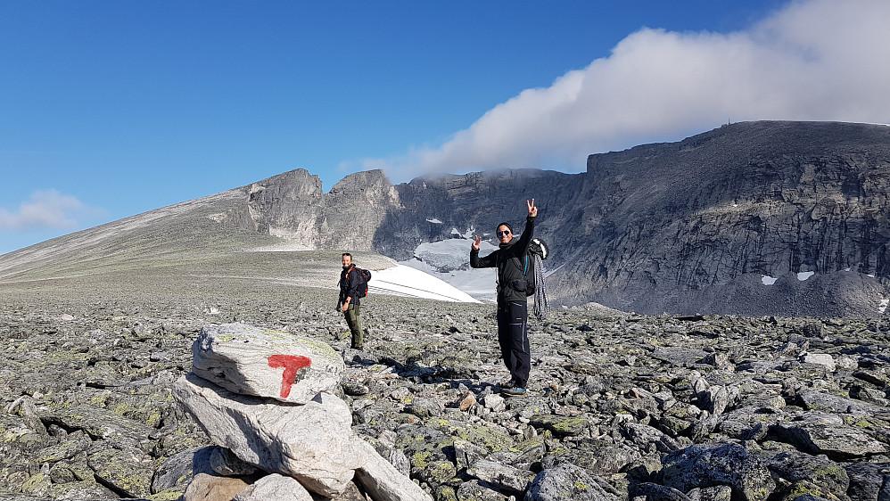 Nina og Christian på vei opp mot Snøhetta Vesttoppen