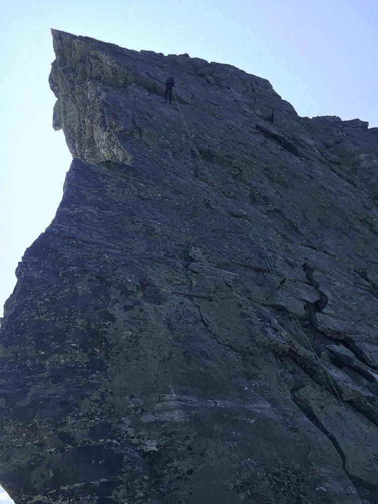 Nina i den lange rappellen (40m+) fra Vesttoppen