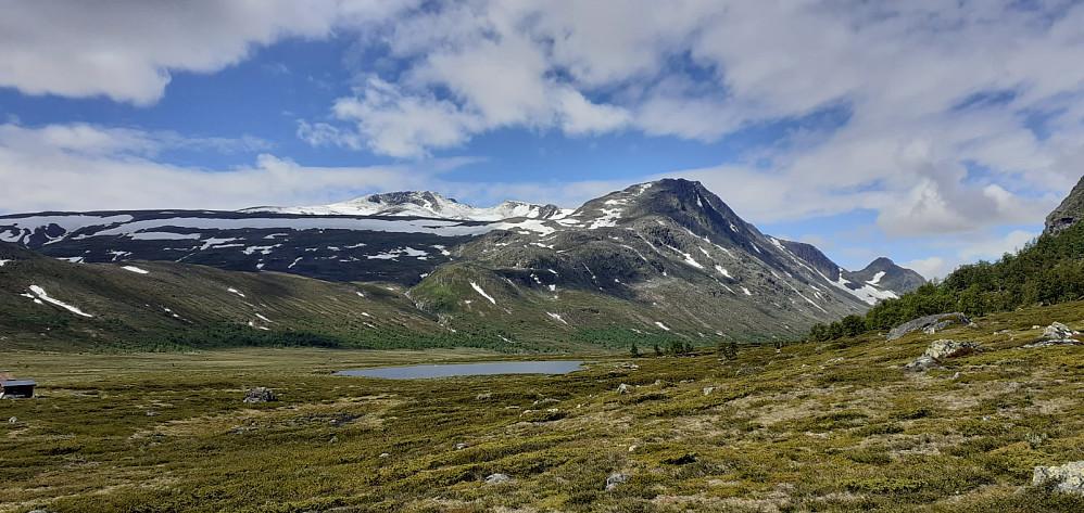 Mot Høgdebrotet og Bukkehåmåren fra stidele Knutshøe/Leirungsdalen. Ligger litt snø i høyden