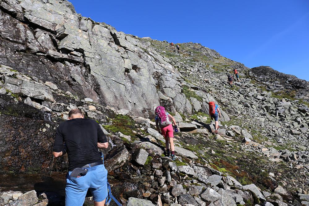 Vi finner litt vann på veien opp den lange bakken mot Styggehøi.