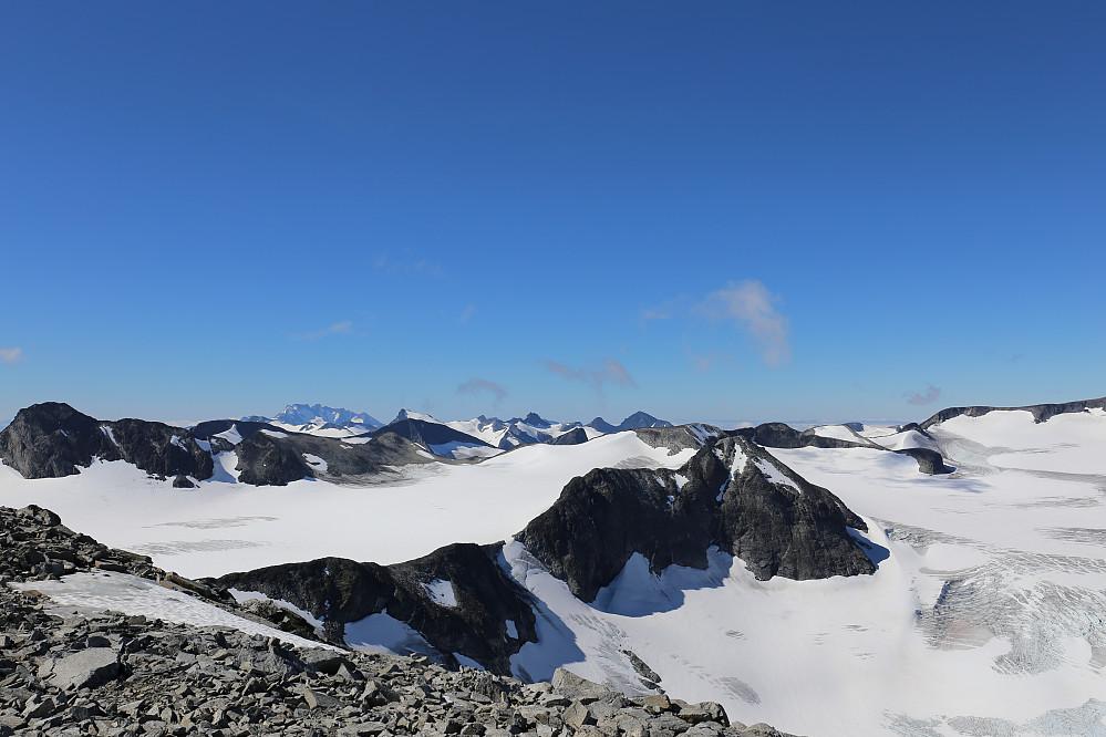 Utsikten videre mot Nørdre Bukkeholstind. Blant mye annet. Styggedalsryggen og Storen langt bak i horisonten.