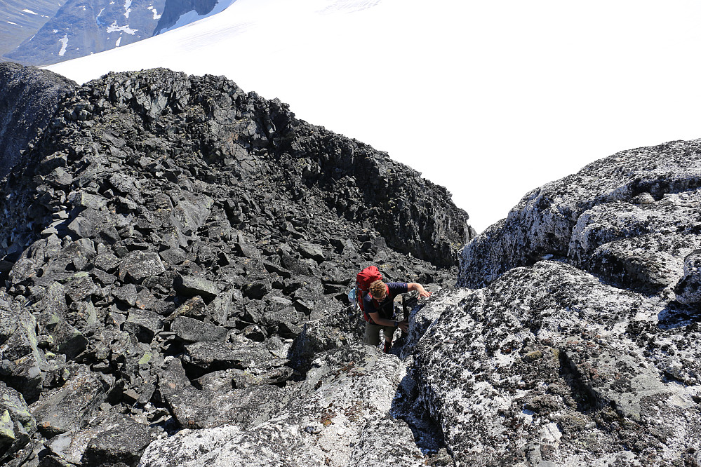 Oddbjørn på vei opp klyvepunkt nær toppen av Nørdre Bukkeholstind. Ganske greit med litt sonderinger etter beste veivalg.