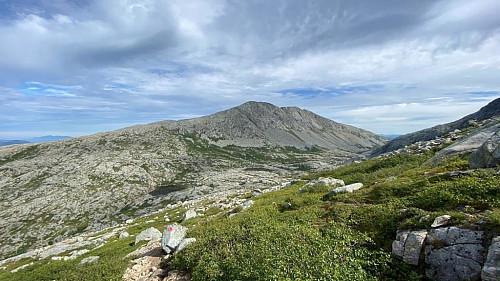 Kommet opp mot 500 moh. Når blir det for det meste bare stein og fjell i stien.Ser her mot Kula.