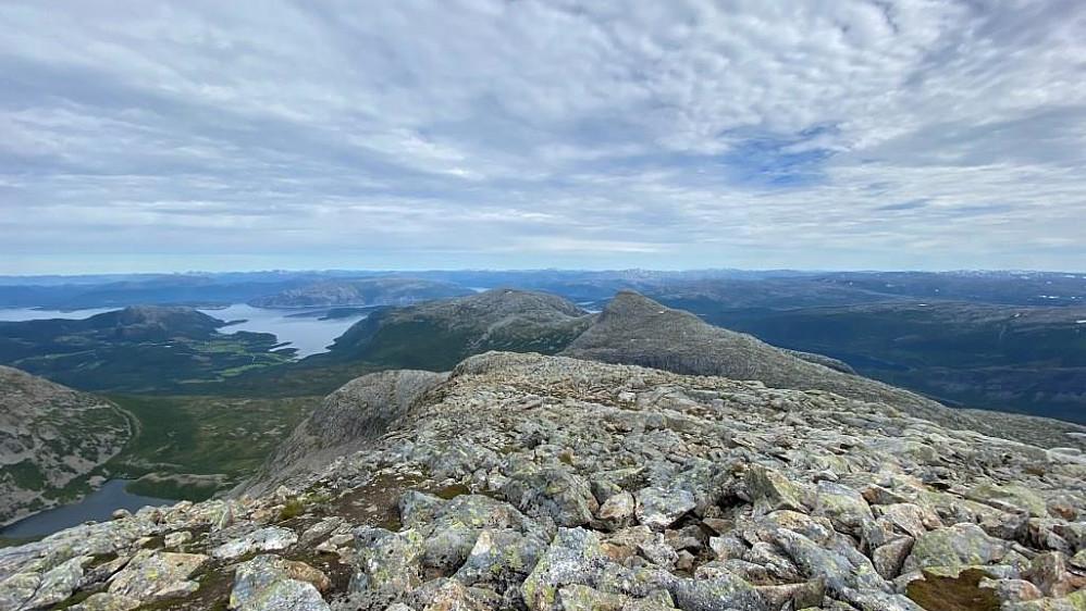 Ser nedover aksla med Bindalseidet langt der nede.Markahornet 856 moh.ligger midt på her.