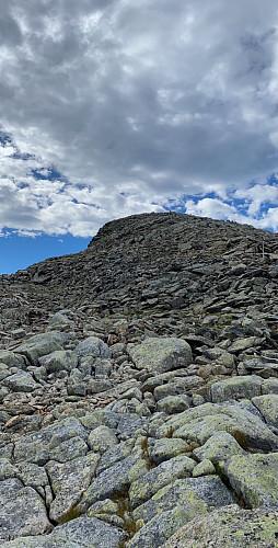 Mye steinur som må forseres så greit med gode fjellsko.