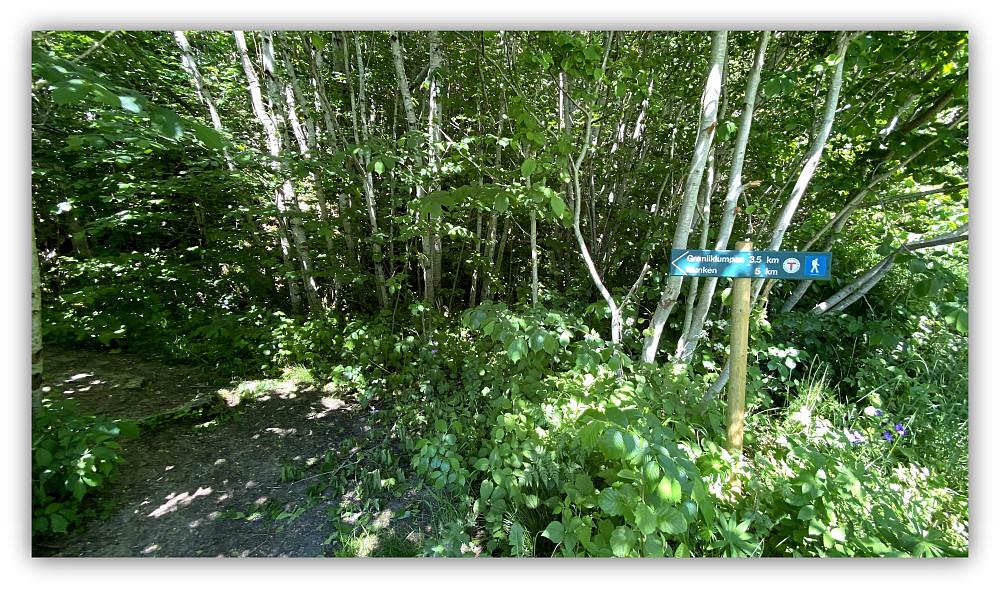 Denne merkingen er litt skjult av skogen men står helt nede ved hovedveien hvor stien starter.