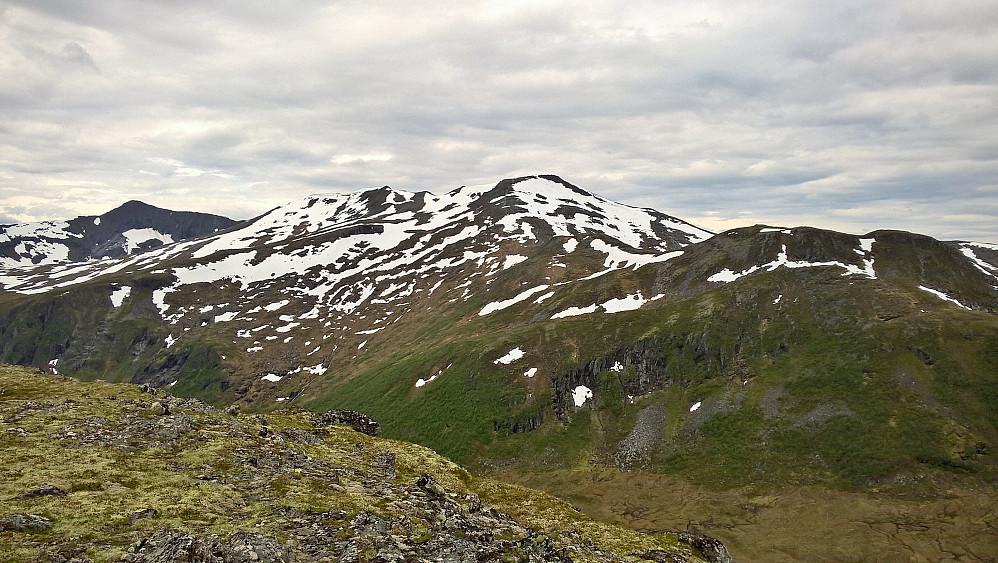 Frå Skopen mot Dølmørhaugen, Nebbesilda til høgre og Snarketinden til venstre.