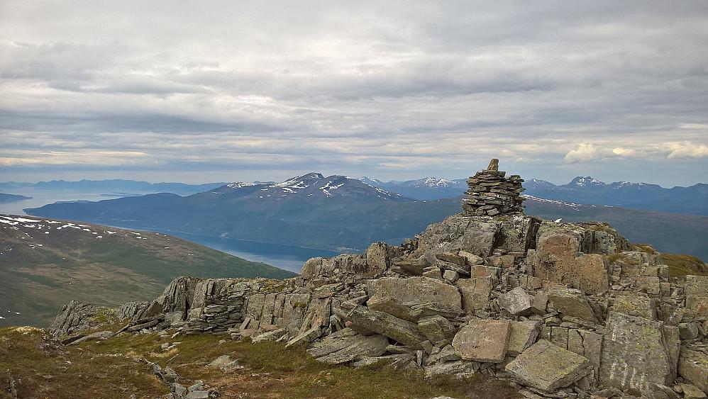 Frå Dølmørhaugen nordvestover mot Skåla.