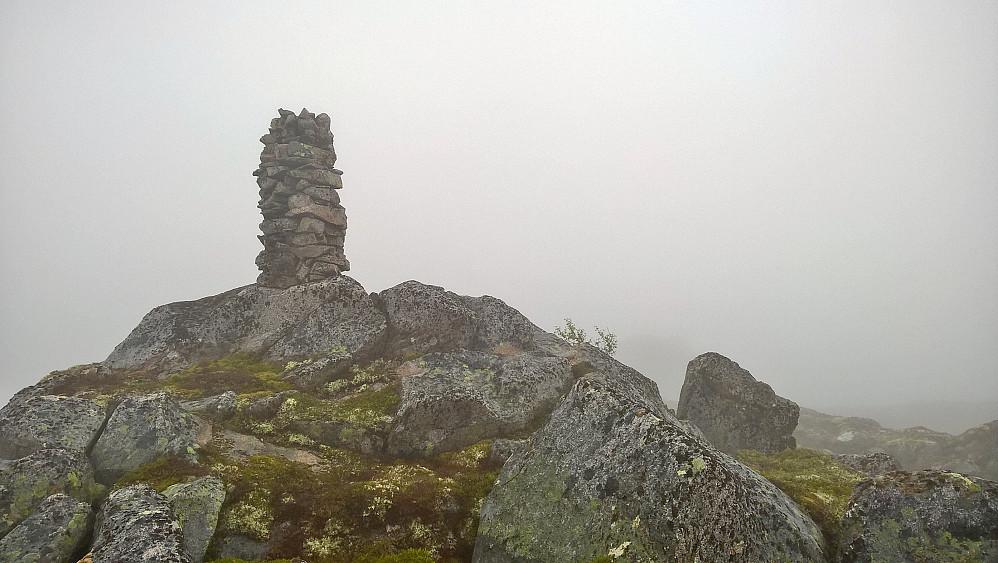 Vått og grått på Skarfjellet. Her det vestlege punktet med den største varden. Var på begge punkta.