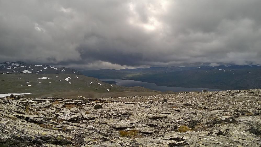 Mot Lesjatraktene tunge skyer og mykje nedbøer var meldt. Eg gjekk klar dette heldigvis.