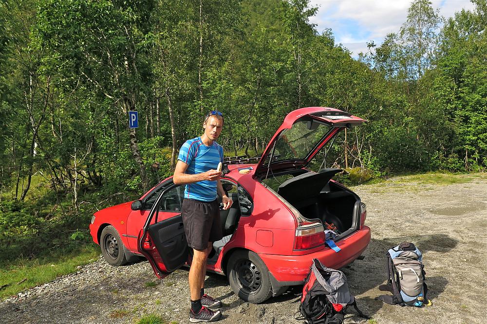 Jan Petter klar for ny stortur frå Rabben. Gode parkeringsforhold.