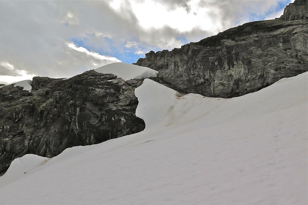 Vi nærmar oss svapartiet. Gjekk av breen der snøen er mørk, så langs fjellet og bak neste snøbre.