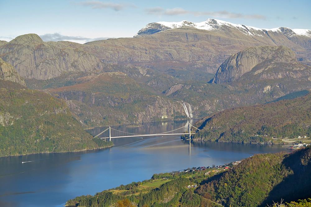 Dalsfjordbrua og den flotte fossen