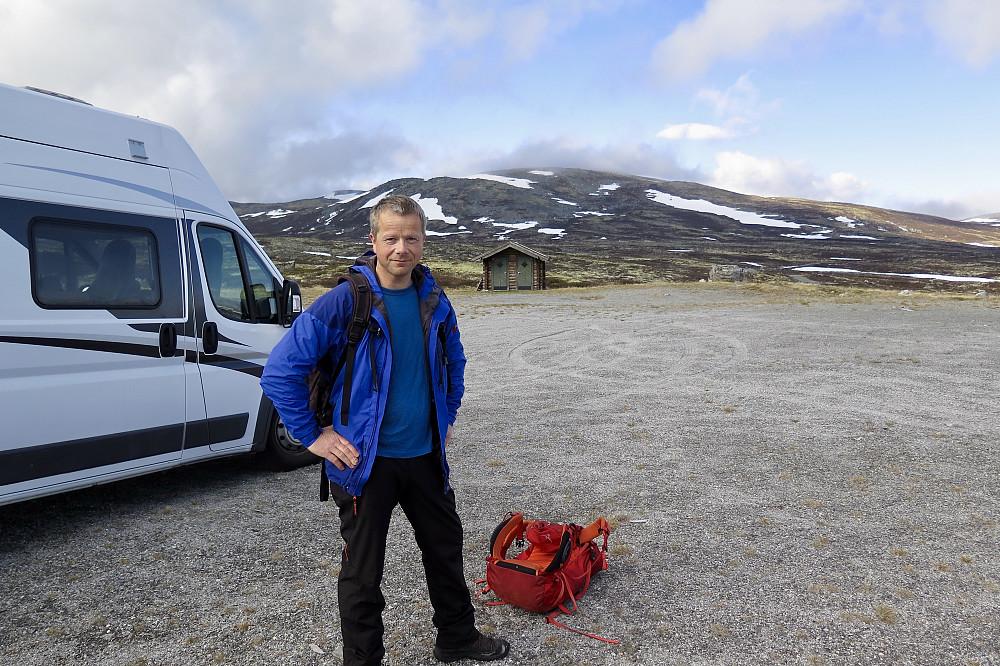 Kjetil klar for tur frå bubilen ved Aursjoen fjellcamp. Utedoen på god avstand-