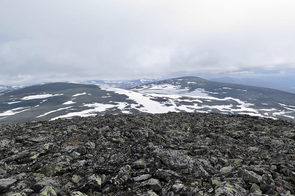 Finndalshorungen til venstre, Leirungshøe til høgre.