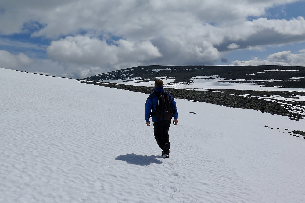Kjetil går mot Finndalshorungen. Snøen holdt bra unntatt nokre parti.