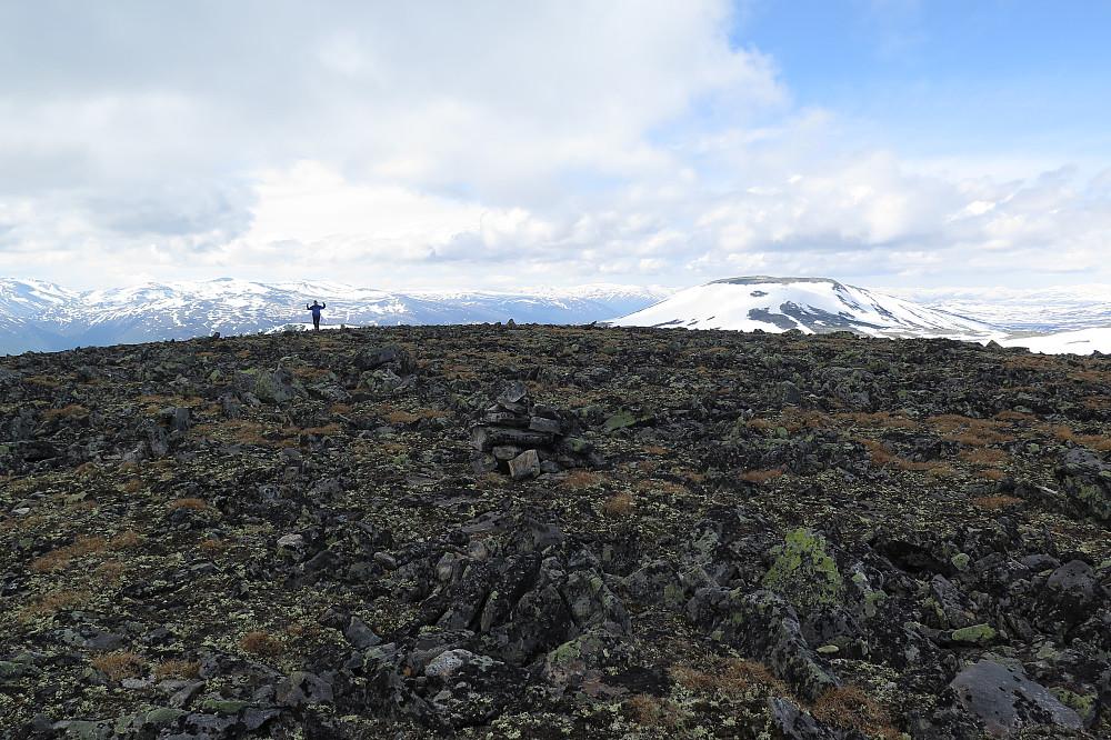 Kjetil nærmar seg Finndalshorungen. Horrungen bak til høgre.
