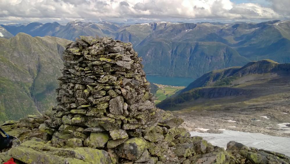Stor varde på Heimstagretta, ikkje høgste punkt! Men det ligg veldig nære og er tydeleg høgst. Her mot Mundal og Fjærlandsfjorden.