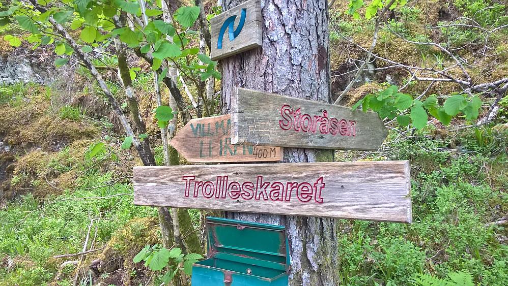 Postkasse og skilting i Trollaskaret mellom Storåsen og Strandsbøåsen.