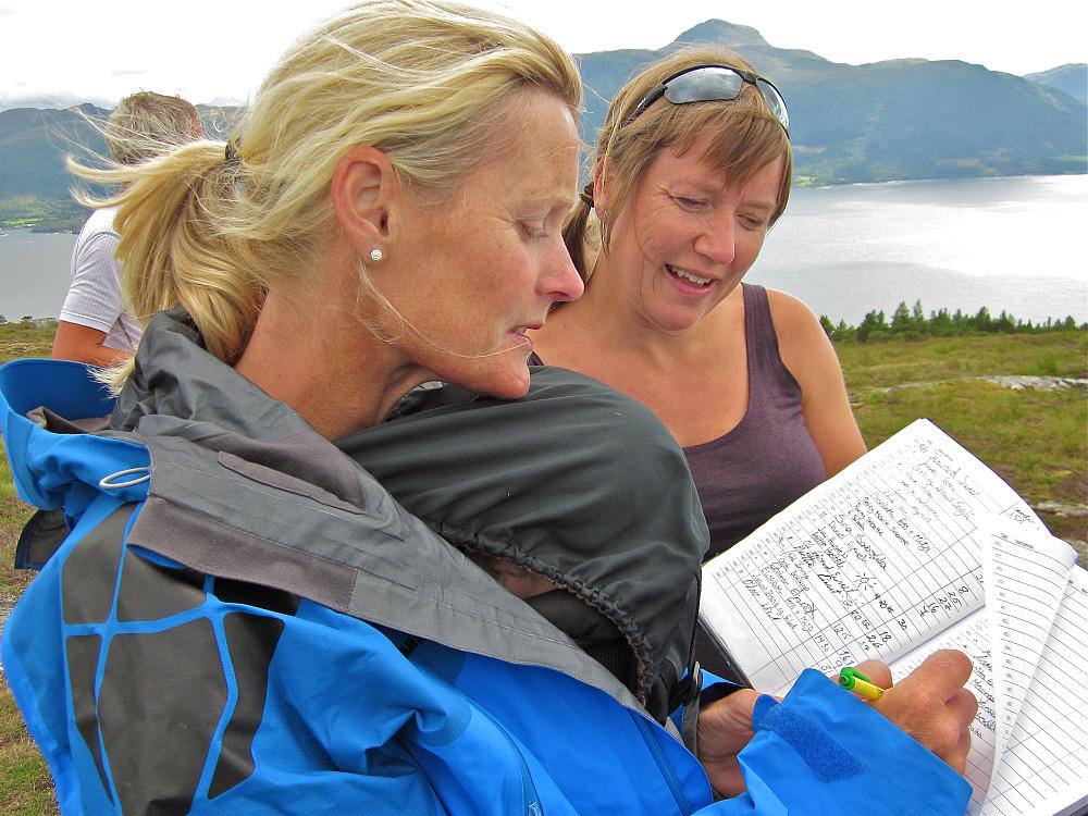 Lise og Linda signerer i boka på Vettafjellet 372