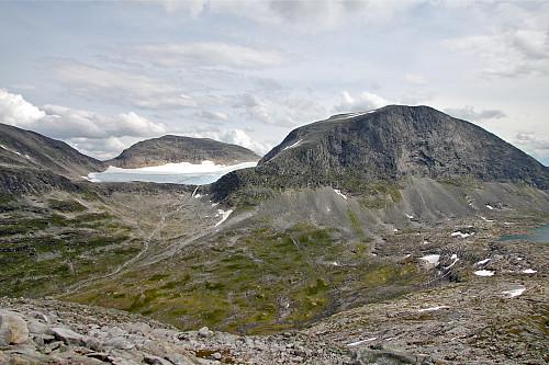 Aust for Knutskoppegga. Vi ser Storbreen og topp 1665 til venstre. Skaret der eg satte igjen sekken.
