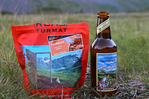 Internasjonal meny i Slettvikane. Kebabgryte und Appenzeller Bier