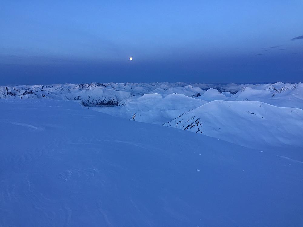 Mer fullmåne over Sunnmøre.