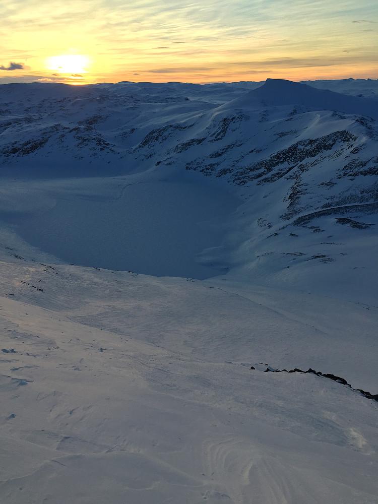 Jeg må ha mer Karitind, for jeg elsker å se kontrasten mellom snødekte vann i botner under et stort fjell!