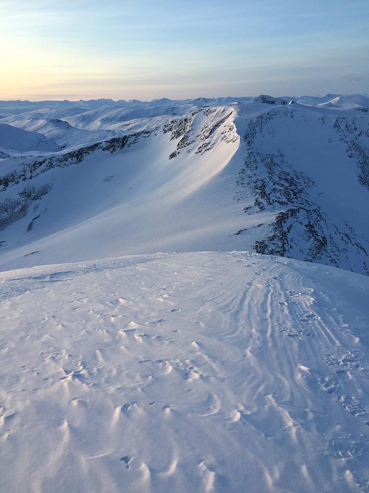 Høgstolen må vel være Tafjordfjellas svar på Sjogholstind, eller Snøholstinden, evt Snehullstinden som den også kalles i beste Kleneggen-stil, som om det dreide seg om et Bærumsfjell...:)