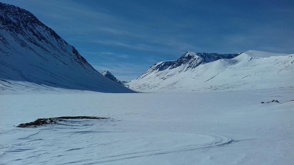 Innover Russvatnet der det kiler seg inn mellom Besshøe og det enorme Surtningssumassivet...