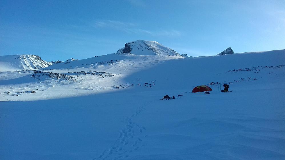 Leirplassen vår mellom Blåtjørnholet og Øvre Veodalen. Godt å komme fram og få slått opp teltene!!!