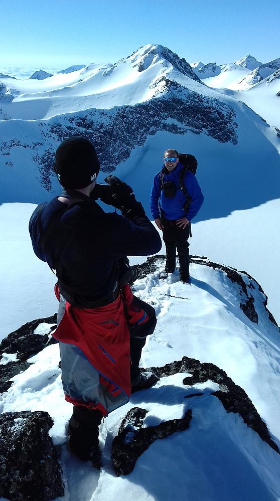 Morten knipser portrett av Endre på toppen av Store Veotinden.